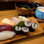 天宮寿し - 「ランチ」(1,000円)。お寿司の他にサラダ、小鉢、お吸い物、茶碗蒸しと贅沢で豪華♪