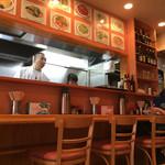 梅林餃子 - カウンター席と厨房