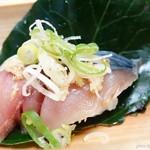 京橋 幸太郎 - 2016年12月 想像絶する鯖寿司【1ケ220円】大き目の鯖寿司が二つに切られていて、実質2貫です。お値段分の価値は十分にあります♪