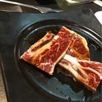 うしの家 - 料理写真:骨付きカルビ