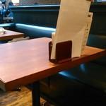 Paul Bassett - [内観] 店内 テーブル席 ①