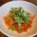 トリニティーアンドユニティー - 生パスタランチ(厚切りベーコンと水菜のトマトクリームソース)950円
