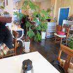 ユーカリー - 店内は、漫画本が置いてあるごくフツーの喫茶店っぽいです。
