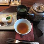 杜ノ居 - ケーキ・ドリンクセット700円。ドリンクは、和紅茶・緑茶・コーヒー・ソフトドリンクから選べます。