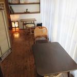 杜ノ居 - 窓側の広縁もテーブル席になってます。