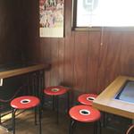 62972946 - テーブル席も鉄板あり、4×2