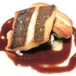 ゴーシェ - シェフのおまかせコース 7200円 の真鯛のポワレ 赤ワインとフュメドポワソンのソース、百合根、ほうれん草添え