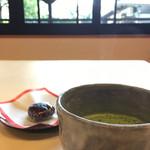 柏屋老舗 - 料理写真:お薄と盆梅しそ餅(2017.02現在)