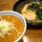 しお貫 - 昔ながらの濃厚味噌味スープに中太麺がからむ、つるつるいけてしまう一杯です。