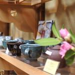 ひろや - たくさんの陶器が販売されてます。