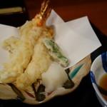 手打ちそばよし田 - 海老と野菜の天ぷら