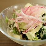 洋食・ワイン フリッツ - コロッケ前に、サラダ
