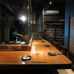 ROBATA ET VINS PETORO - カウンター席がメインですが、小上がりの個室もあります。