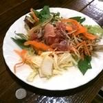 一汁三菜イタリア~の - ランチサラダ(100円玉と比較)