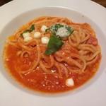 63008462 - トマトとモッツァレラチーズのカプレーゼソースリングイネ