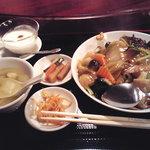 龍王門 - 定食、スープ、辛もやし、漬物、杏仁付き