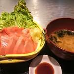 まぐろ亭 - 本鮪上トロ丼 1620円(税込) あおさのお味噌汁付き。