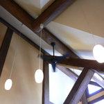 ミディリュヌ - 天井が高くて開放感があります