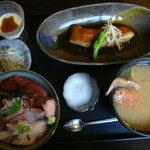 わらべ菜魚洞 - マグロとはまちの二色丼+金目の煮付け