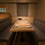 銀座 比内や - 接待や少人数での宴会などにおすすめのお席となっております。6名様でお掛けいただいてもゆとりのあるシート席となっておりますので、皆様でお寛ぎいただきながらお料理をご堪能ください。 比内地鶏の厳選焼き鳥や旬の食材を使用した創作串焼きなど豊富にご用意しております。新橋、コリドー街で日本最高峰の地鶏を!!