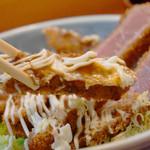 博多 悠牛亭 - 既にソースとマヨがかかってます。