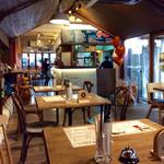 肉バル 29ヤネン! - 店内風景。ログハウス風デザイン。