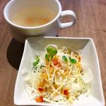 肉バル 29ヤネン! - セットされるサラダとスープ。共におまけ程度。