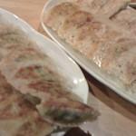 63033991 - ぎょうざ(左の皿)と生姜ぎょうざ(右)