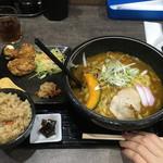 がんばり屋 - 肉かれーうどん(きし麺)、かやくごはんと鶏のからあげ2個セット