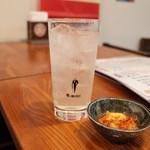 麻辣香鍋 - レモンサワーとお通しのキムチ
