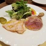ビストロ オララ - 右:豚スネ肉の自家製ハム 左:若鶏の燻製