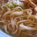 榮ラーメン - 麺は細いきしめんみたい。