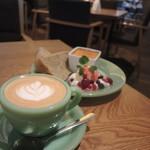 KING OF ROOKIE CAFE - カプチーノとシフォンケーキのプレート