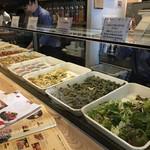 BAR AMARENA - ④私はプレートにしたので主食(パン/五穀米)を選択後、カウンターで好きなお惣菜を6種選びます~