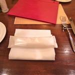 トラットリアカンパニオ - テーブルセッティングはこんな感じ