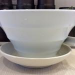 63068255 - ラーメン丼サイドビュー。この形状(逆さ富士、逆円錐)は、スープの量を抑えるためのものだと思うが、上品なスープの場合、物足りなく感じることになると思う。