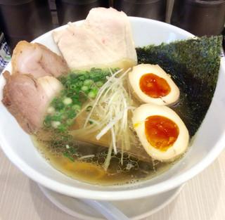 人生夢路 徳麺 - 「中華そば」(700円)。クーポンで煮卵半個追加し一個分に。