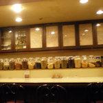 サンサール - カウンターには薫り高いスパイスがずらり!壮観です!!