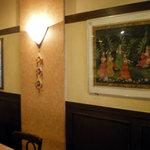 サンサール - 絵が何枚か飾られています この小奇麗さと照明のセンスがイイ