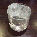 七津屋 - 「泡盛」(ロック 210円)。氷が浮いてるよ。
