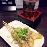 七津屋 - 「どて焼き(3本)」(270円)と「日本酒」(1合常温 210円)。