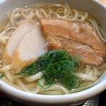 美ら風南風 - 沖縄そばです。 いい顔していますね。 まずは、何時ものようにスープから飲んでみます。 ん~、いい感じですよ。 関西風に味付けされている感はありますが、優しい味付けです。 肉は、ジックリ煮込まれており、