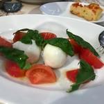 63081296 - カンパーニャ産水牛モッツァレッラとトマトのカプレーゼ