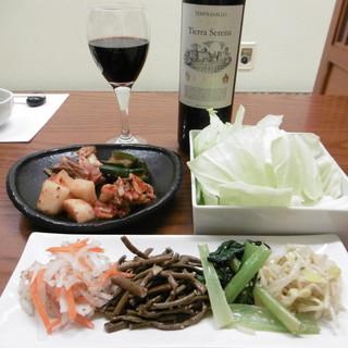 にく楽家 鐵牛 - 料理写真:赤ボトル、キムチとナムル、付き出しのキャベツ