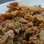 中国料理 登龍 - 甘辛なタレ、卓上のゴマを振ってみました。
