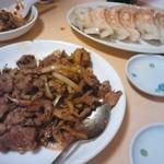 金麟 - 羊肉のクミン炒めと餃子。水餃がないのはちょっと残念。