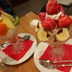 63090602 - フルーツパフェと苺とバナナのパフェ。