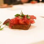 カンテサンス - イチボと生ハムとトマトのブリオッシュ