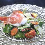 レコンフォルテ - 料理写真:生ハムと温玉のサラダ