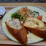 オーサムベーカリー - モーニングです♪モーニングは卵サラダのバゲットとチーズのバゲットの2種類。サラダとドリンク付です。バゲットは大きめでカリッサクッとしていました。卵サラダの卵は酸味の少ないマヨネーズで和えてあり優しい味わい。チーズはブラックペッパーのピリッと感と塩気があり大人の味でした(≧▽≦)。ドリンクは珈琲、紅茶、牛乳、オレンジジュースから選べるので温かい紅茶をお願いしました。